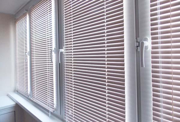Жалюзи на окнах лоджии